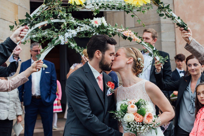 Mariage alsace sortie église bisou